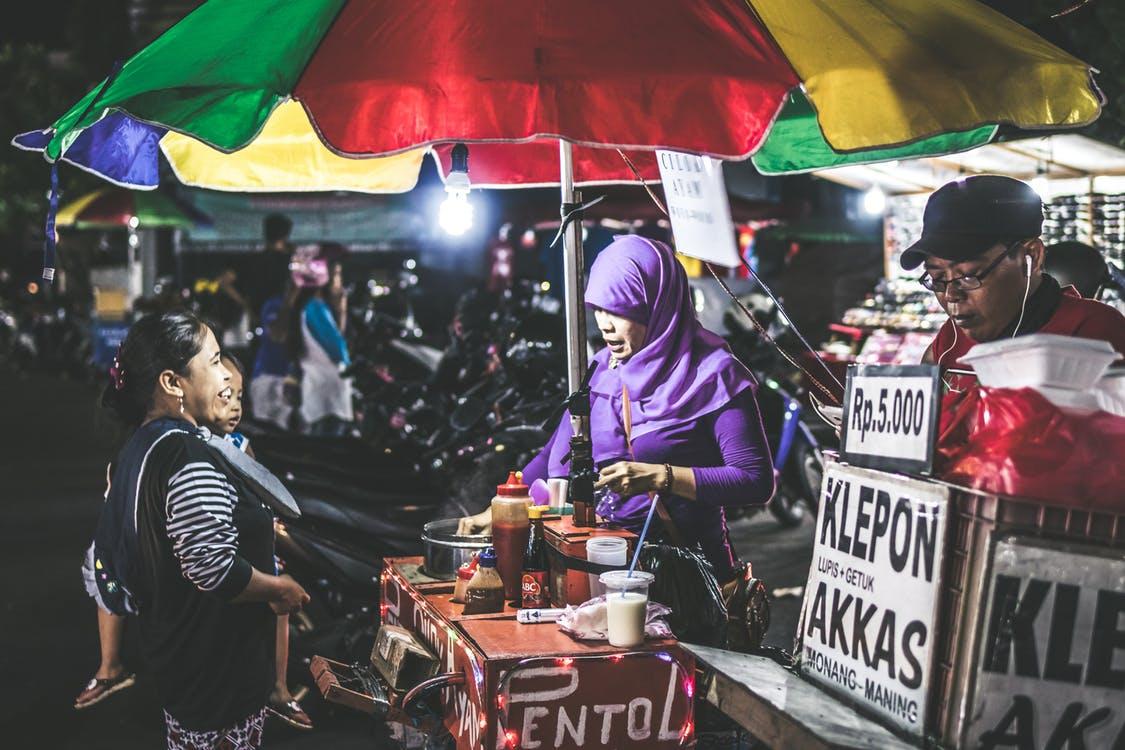 Risau Tak Jumpa Makanan Halal Masa Travel Luar Negara? Ini 6 Tip Buat Anda!